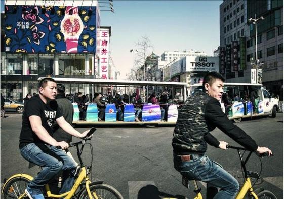 베이징에서 공유자전거를 타고 있는 사람들 /사진=조선일보DB