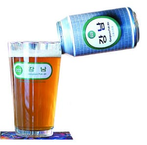 지하철 강남역 간판으로 디자인한 맥주'강남 페일 에일'의 캔과 잔.