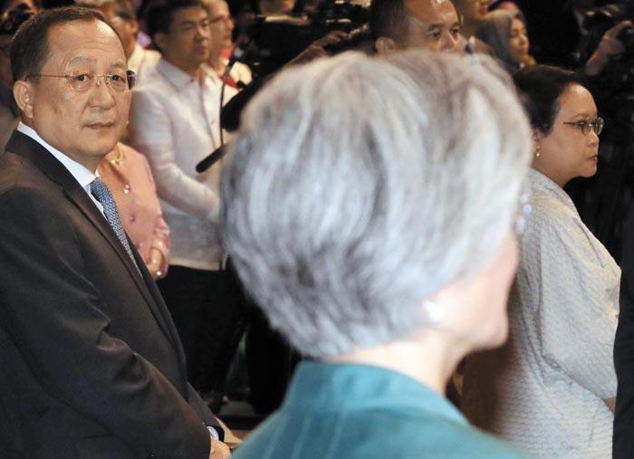 리용호(왼쪽) 북한 외무상이 8일 오전(현지 시각) 필리핀 마닐라에서 열린 아세안 50주년 기념식에서 강경화 외교부 장관을 쳐다보고 있다.
