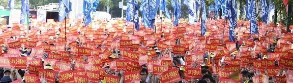 2014년 8월 현대기아차 노조원들이 서울 양재동 본사 부근에서 상여금을 통상임금으로 인정해 달라며 시위하고 있다./조선일보 DB