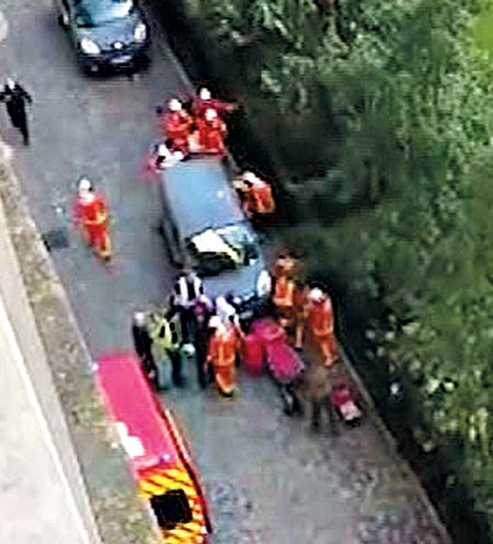 9일 프랑스 파리 근교에서 차량 한 대가 대(對)테러 임무를 수행 중인 군인들을 향해 돌진해 부상당한 군인들을 소방대원들이 구급차로 옮기고 있다.