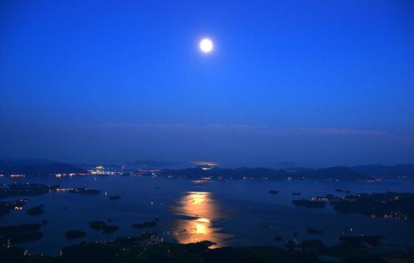 남해를 물들이는 달빛