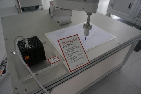 로봇모션 제어기기를 생산하는 알에스오토메이션 공장. 로봇모션제어기기는 산업용 로봇들이 IT·자동차 등 생산라인에서 납땜을 하거나, 부품을 심을 수 있도록 움직임을 통제하기도 한다.