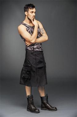 남성용 스커트를 입은 모델.