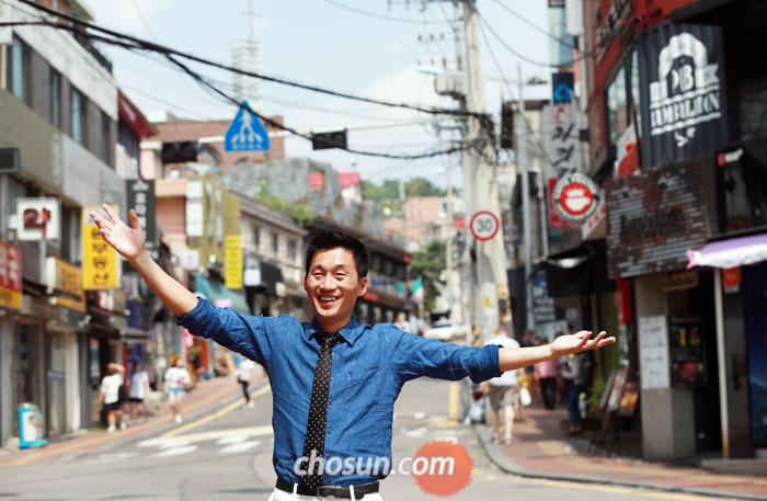 홍대 앞 거리 등으로 청년들을 찾아가는 '버스킹 전도'로 개신교계에서 화제가 되고 있는 송준기 목사. 그가 최근 '전도의 무대'로 삼고 있는 서울 용산구 경리단길을 찾았다.