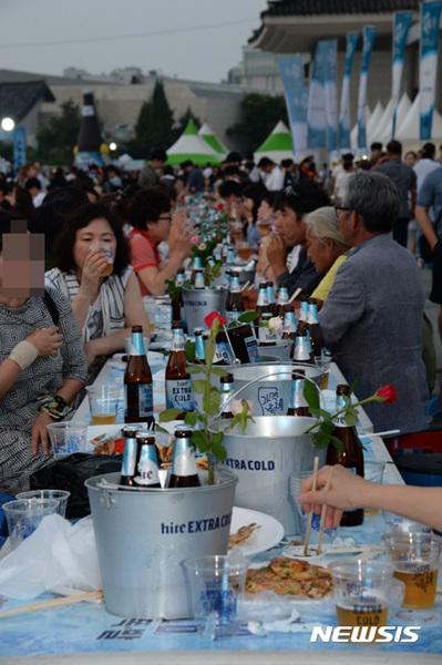 10일 전북 전주종합경기장에서 열린 제3회 '가맥축제'에서 시민들이 맥주를 즐기고 있다.