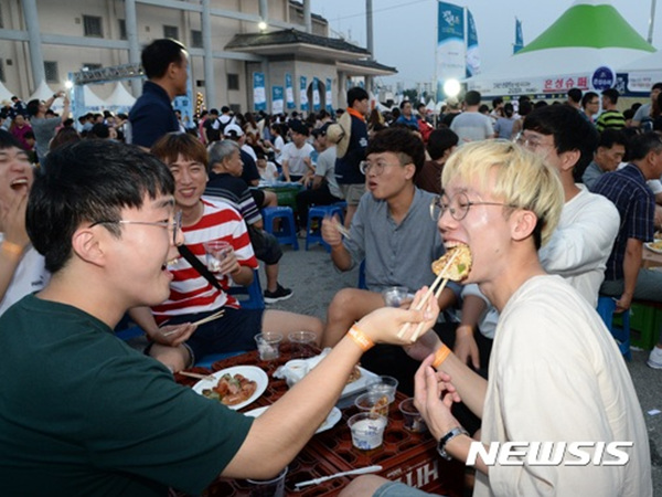 10일 전북 전주종합경기장에서 열린 제3회 '가맥축제'에서 행사장을 찾은 젊은이들이 사이 좋은 모습으로 안주를 먹여주고 있다.