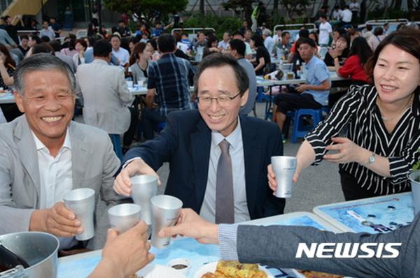 10일 전북 전주종합경기장에서 열린 제3회 '가맥축제'에서 행사장을 찾은 송하진 전북도지사가 동료들과 건배를 하고 있다.