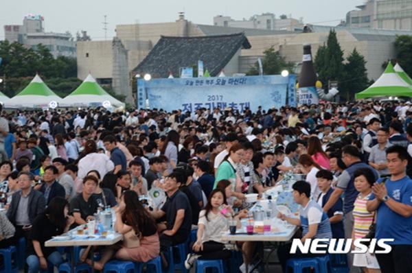 10일 전북 전주종합경기장에서 열린 제3회 '가맥축제'에 시민들이 몰려 행사장을 가득 메우고 있다.