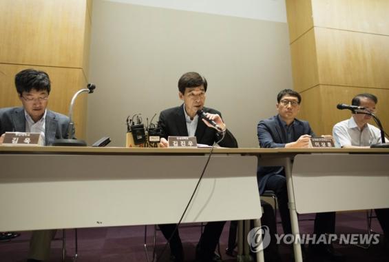 11일 오전 서울 강남구 코엑스에서 열린 8차 전력수급기본계획 설비계획 초안 공개 기자회견에서 김진우 전력수급기본계획위원장(왼쪽 두 번째)이 발언하고 있다/연합뉴스