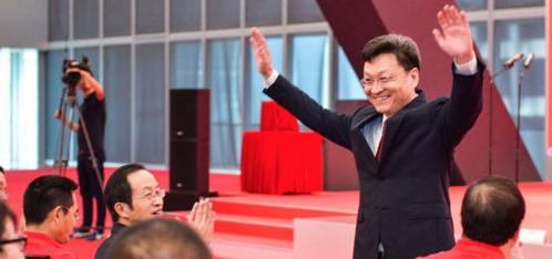 중국의 창업 지원서비스업체 촹예헤이마의 뉴원원 회장이 선전증권거래소 창업판에 상장한 10일  기념식 참가자들에게 인사하고 있다. /촹예헤이마
