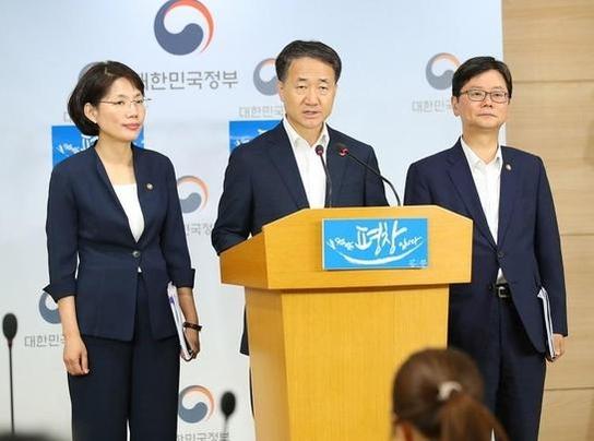 박능후 보건복지부 장관이 브리핑을 하고 있는 모습 / 보건복지부 제공