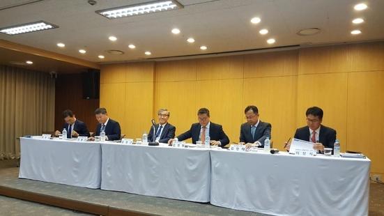 유창근 현대상선 사장(왼쪽 세 번째)을 포함한 현대상선 임원들이 11일 서울 연지동 사옥에서 기자간담회를 진행하고 있다. /조지원 기자
