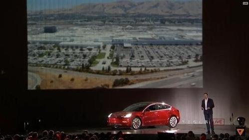 일론 머스크 테슬라 CEO가 모델3를 공개하고 있다./유튜브 캡처