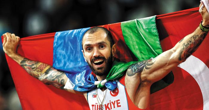 '두 개의 조국' 국기 휘날리며 - 11일 세계육상선수권 남자 200m에서 깜짝 우승한 터키의 굴리예프는 두 개의 국기를 갖고 나왔다. 아제르바이잔 출신 터키 귀화 선수인 그는 팔로 터키 국기를 펼쳤고, 아제르바이잔 국기는 목에 둘렀다.