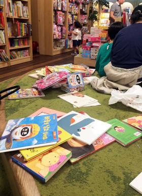 11일 오후 서울 광화문 교보문고의 어린이 전용 독서 공간에 아이들이 읽다가 팽개친 책 수십 권이 정리되지 않은 채 어지럽게 널려 있다.