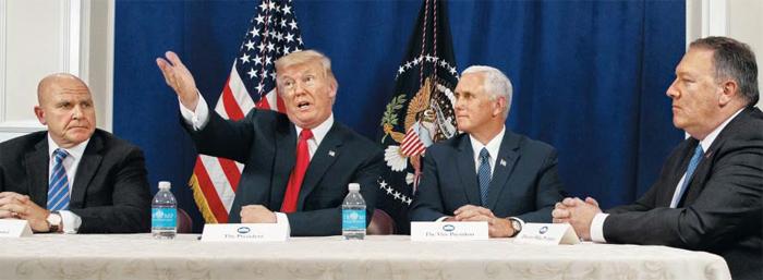 휴가중인 트럼프, 부통령·안보보좌관·CIA국장까지 불러 기자회견 - 도널드 트럼프(왼쪽에서 둘째) 미국 대통령이 10일(현지 시각) 여름 휴가를 보내고 있는 뉴저지주(州) 베드민스터 트럼프 내셔널 골프클럽에서 허버트 맥매스터(맨 왼쪽) 백악관 국가안보보좌관, 마이크 펜스(오른쪽에서 둘째) 부통령, 마이크 폼페이오(맨 오른쪽) 중앙정보국(CIA) 국장 등과 함께 기자회견을 하고 있다.