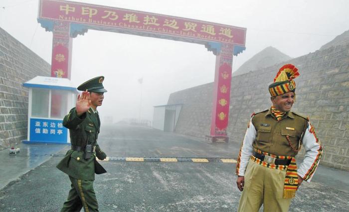 중국과 인도는 최근 히말라야 고원의 접경(接境)지대에서 두 달 가까이 군사적으로 대치하며 국경분쟁을 벌이고 있다. 사진은 지난 2008년 7월 인도 북동부 시킴주(州) 국경지대에서 근무 중인 중국 군인(왼쪽)과 인도 군인의 모습.