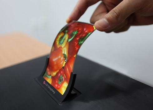 LG디스플레이가 개발한 중소형 OLED 패널의 모습. OLED는 별도의 광원(백라이트)이 필요없어 자유자재로 구부릴 수 있다는 장점을 가지고 있다.