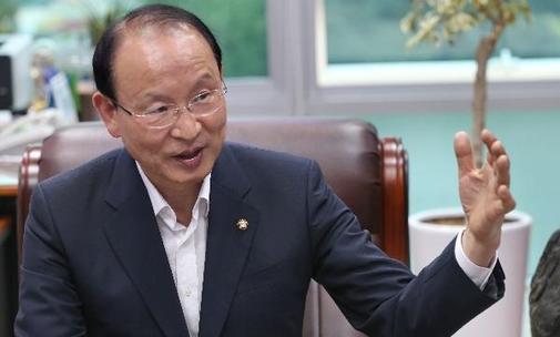 """최운열 의원은 """"한은의 궁극적인 역할은 경제가 잘 돌아가도록 하는 것""""이라고 말했다. / 이덕훈 기자"""