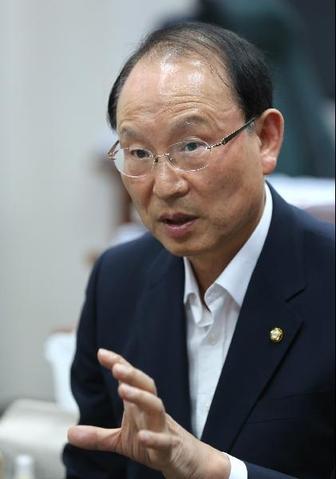 """최운열 의원은 """"환경 안전 규제는 강화하되 정부가 기업의 가격결정에 개입하면 안된다""""고 말했다. / 이덕훈 기자"""