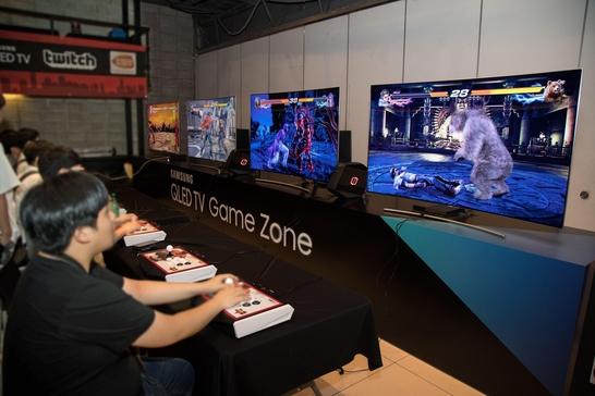 게이머들이 지난 6일 서울 강남구 삼성동 JBK 컨벤션홀에서 열린 '철권 월드 투어 코리아'에서 철권 게임을 삼성 'QLED TV'와 게이밍 데스크탑 PC '오디세이'를 스팀링크 앱으로 연결해 즐기고 있다. / 삼성전자 제공