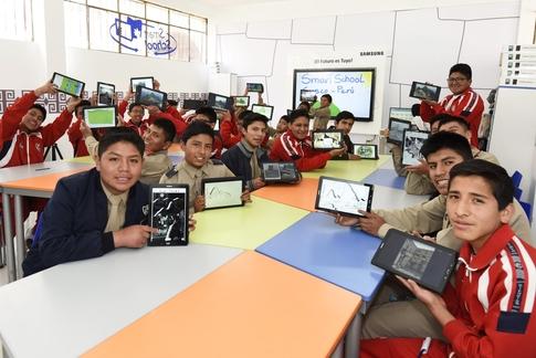 페루 안데스 산맥에 위치한 쿠스코 국립 과학·미술학교 마추픽추에서 삼성 스마트 스쿨 솔루션을 활용해 역사 공부를 하고 있다. / 삼성전자 제공