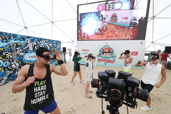 부산 해운대 해수욕장 일대에 마련된 'KT 5G랜드'에서 피서객들이 혼합현실(MR) 스포츠인 '하도(HADO)'를 즐기고 있는 모습 / KT 제공