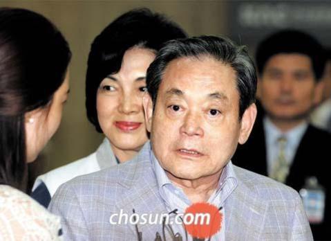 지난 2011년 5월 21일 이건희 삼성 회장이 평창 동계올림픽 유치활동을 마치고 김포공항을 통해 귀국하면서 취재진의 질문에 답하고 있는 모습. /전기병 기자 gibong@chosun.com