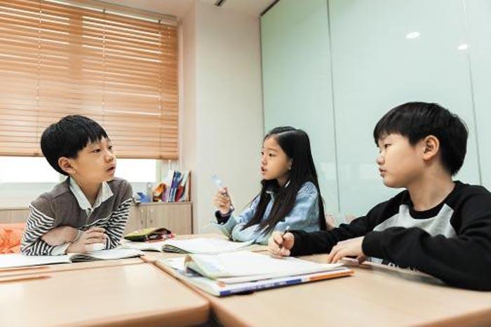 와이즈만 영재교육 대치센터 학생들이 소수 그룹을 이뤄 수학 문제 풀이에 대한 의견을 나누고 있다.