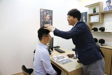 1인용 가발 착용실에서 가발 맞춤 상담 중인 모습/하이모 제공