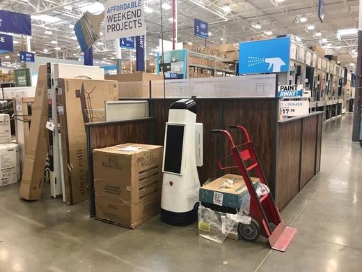 지난해 캘리포니아 새너제이 지역에 위치한 로우즈(Lowe's)에 도입된 고객 안내용 로봇 '로우봇(LoweBot)'이 고장 난 채로 매장 한 구석에 방치돼 있다./ 황민규 기자