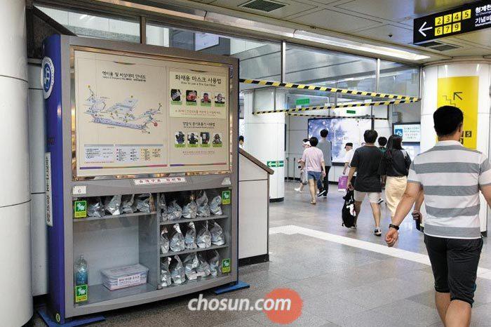 13일 오후 서울 종로구 지하철 5호선 광화문역에 비치된 승객 구호 장비함의 모습.