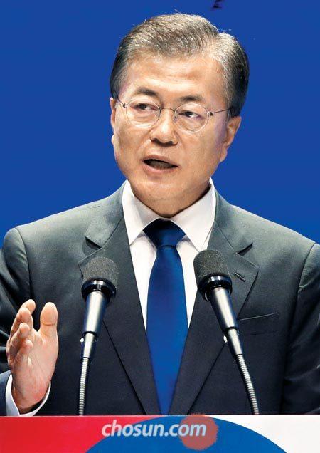 문재인 대통령이 15일 오전 서울 세종문화회관에서 열린 제72주년 광복절 경축식에서 경축사를 하고 있다.