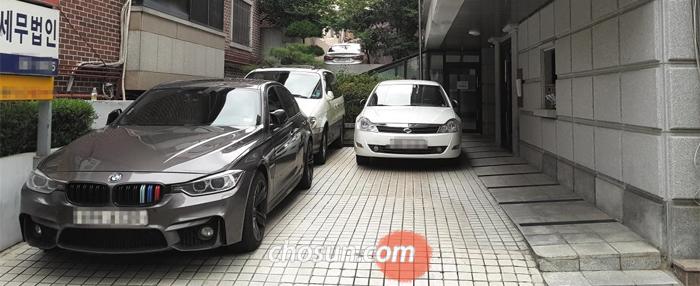 지난 8일 서울 강남의 한 오피스텔 주차장에 외부인의 외제차가 입주민의 차량을 가로막고 세워져 있다.