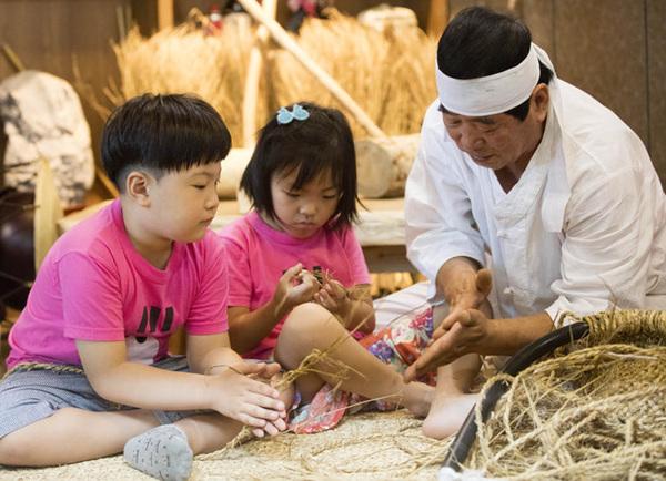 전통생활문화체험하는 어린이들