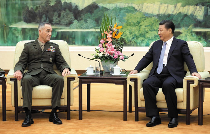 """시진핑 만난 美합참의장… 중국측 """"대북 군사옵션 안돼"""" - 중국을 방문 중인 조셉 던퍼드(왼쪽) 미국 합참의장이 17일 베이징 인민대회당에서 시진핑(오른쪽) 중국 국가주석과 이야기를 나누고 있다. 앞서 중국군 서열 1위인 판창룽 중앙군사위 부주석은 던퍼드 의장을 만나 """"한반도 문제 해결에서 군사 옵션은 선택지가 될 수 없다""""고 했다."""