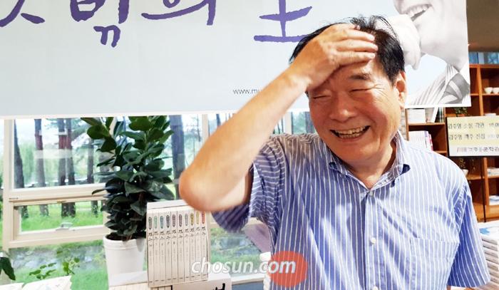 """김주영 선생은 """"현 정부의 정책은 초가삼간에 큰 장롱을 들여놓겠다는 격""""이라고 말했다."""
