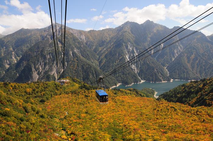 케이블카를 타고 일본의 알프스라고 불리는 알펜루트의 전경을 둘러볼 수 있다.