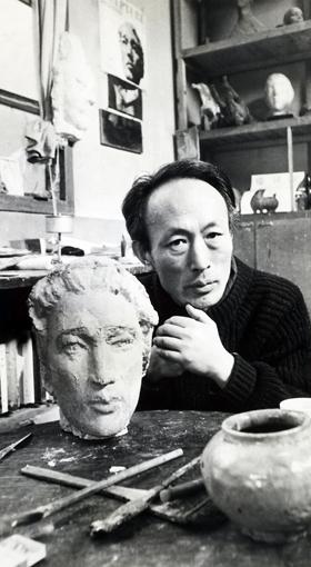 생전 서울 성북구 동선동 아틀리에에서 작업하고 있는 조각가 권진규.