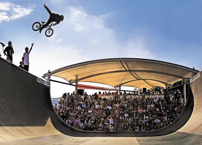 지난해 열린 춘천레저대회의 액션스포츠 종목 참가자가 BMX 자전거를 타고 공중으로 날아올라 묘기를 선보이고 있다.