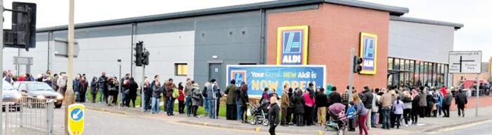 저가 매장에 오전부터 긴 줄 - 영국은 지난해 6월 국민투표로 '유럽연합 탈퇴(브렉시트)'를 결정한 이후 파운드화 가치가 하락해 수입 물가가 빠르게 올랐다. 고(高)물가가 서민들 어깨를 누르면서 저가형 식료품 체인점을 찾는 사람들이 계속 늘고 있다. 사진은 작년 10월 영국 레스터 지역에 새로 문을 연 저가형 식료품 체인점 '알디' 앞에서 시민 200여명이 줄을 선 모습.