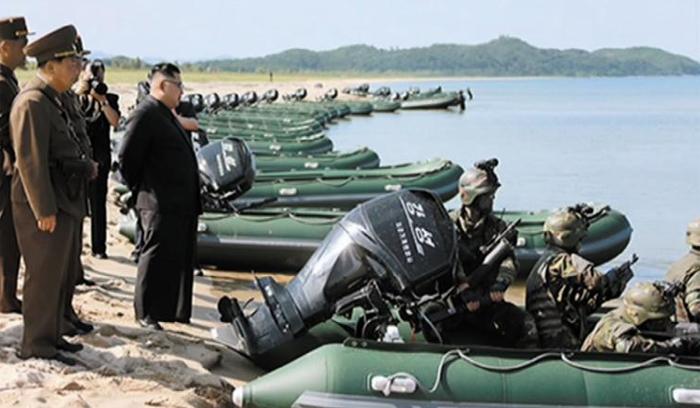 김정은 북한 노동당 위원장이 지난 25일 서해안 지역에서 실시된 북한군 특수부대의 백령도·대연평도 점령 훈련을 참관하고 있다.