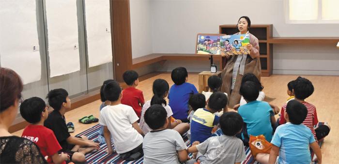 경북 사리온 이야기마을 숭덕관에서 한 여성 강사가 어린이 관객들에게 삼국유사에 나오는 설화를 들려주고 있다.