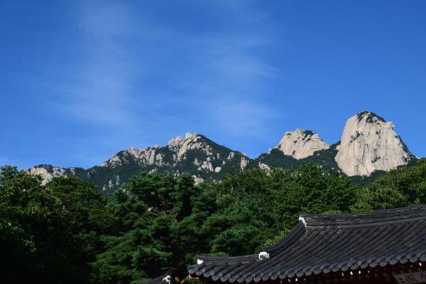 푸른 하늘 아래 북한산 삼각봉과 봉황각