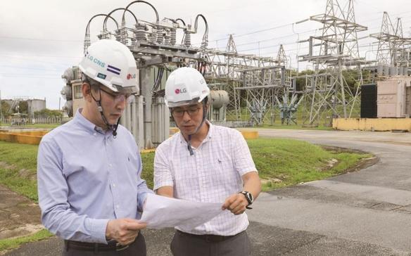 김영섭 LG CNS 사장(왼쪽)이 괌 ESS(에너지 저장장치 시스템) 구축 현장을 점검하고 있다./사진=LG CNS