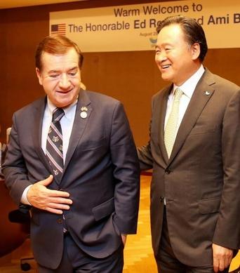 허영인 SPC그룹 회장(오른쪽)이 에드 로이스 미 하원 외교위원장(왼쪽)과 환담을 나누고 있다/사진=SPC그룹 제공