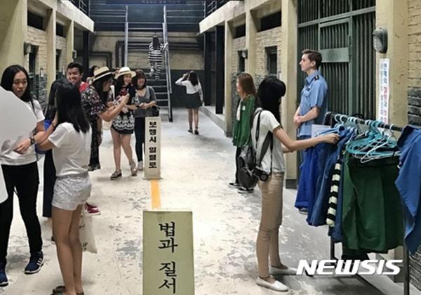 전북 익산시는 성당면에 위치한 교도소세트장이 드라마·영화 촬영지로 각광을 받으면서 관광객들의 방문이 줄을 잇고 있다고 29일 밝혔다. 사진은 교도소세트장에 방문한 관람객들이 각종 체험을 하는 모습이다.