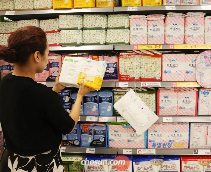 지난 25일 서울 대형마트 생리대 코너에서 한 소비자가 제품 설명서를 살펴보는 모습.