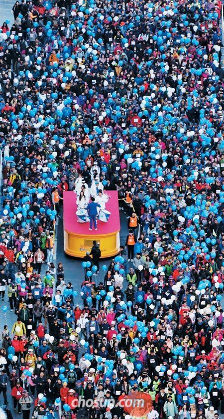 지난해 열린 제4회 서울 걷·자 페스티벌에서 대회 참가자들이 반포한강시민공원을 향해 걸어가고 있다.